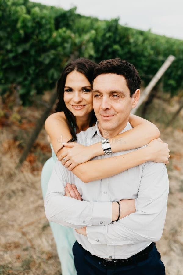 Verticale d'un beau couple de mariage photographie stock