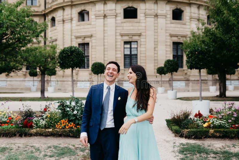 Verticale d'un beau couple de mariage images libres de droits