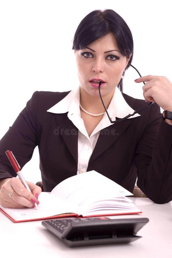 Verticale d'un beau femme d'affaires à son bureau photo libre de droits