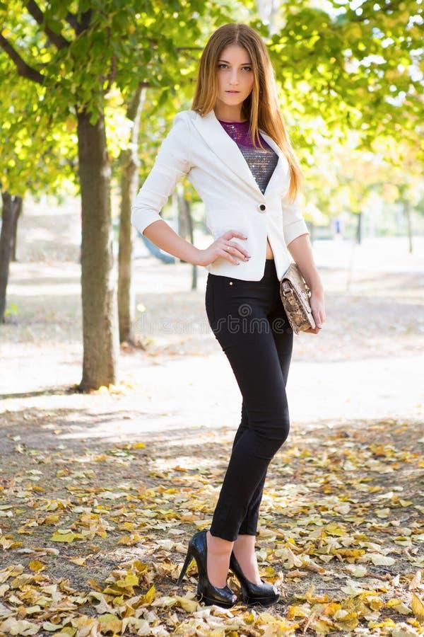 Verticale d'un beau jeune brunette image libre de droits
