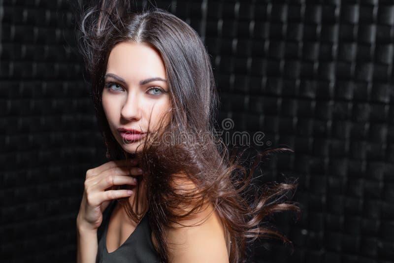 Verticale d'un beau jeune brunette images stock
