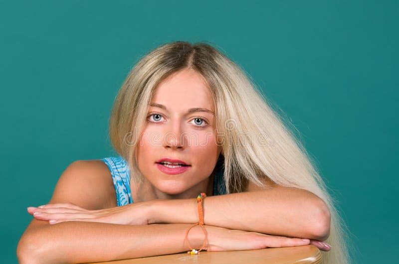 Verticale d'un beau sexe de blonde de fille image stock
