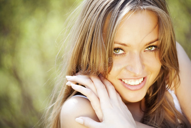 Verticale d'un beau sourire de jeune dame photos stock
