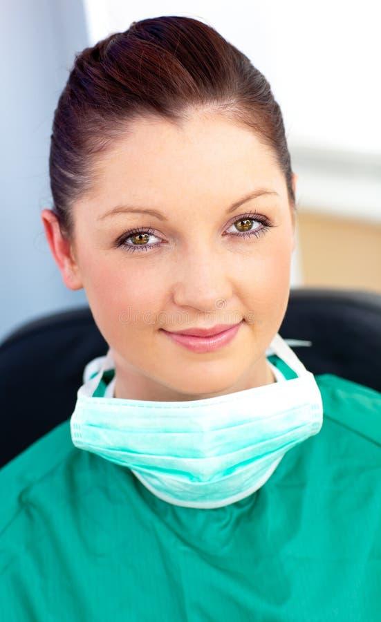 Verticale d'un chirurgien de sourire dans son bureau photos libres de droits