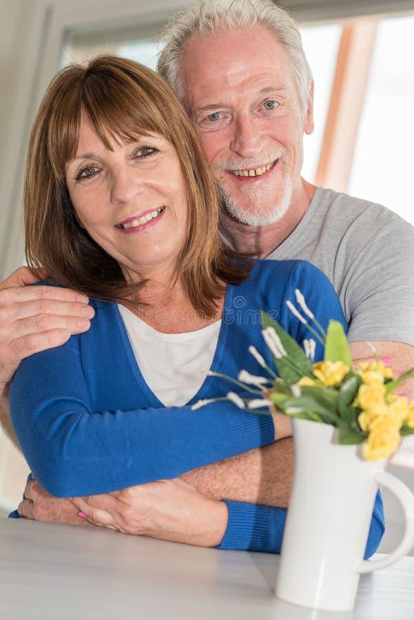 Verticale d'un couple aîné heureux image libre de droits