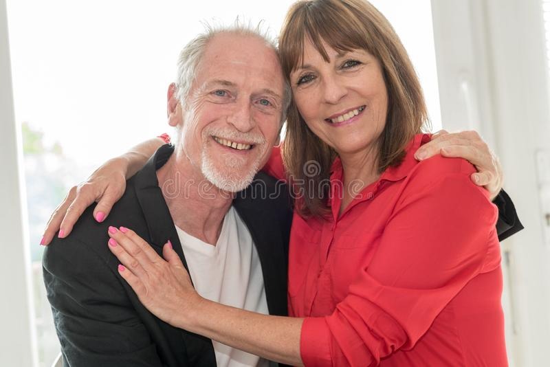 Verticale d'un couple aîné heureux photographie stock