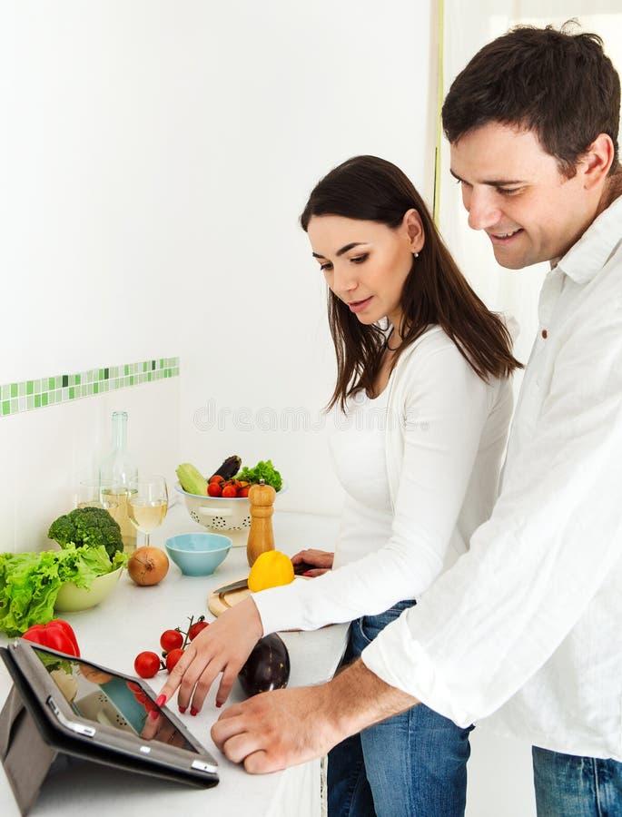 Verticale d'un couple heureux dans la cuisine images libres de droits