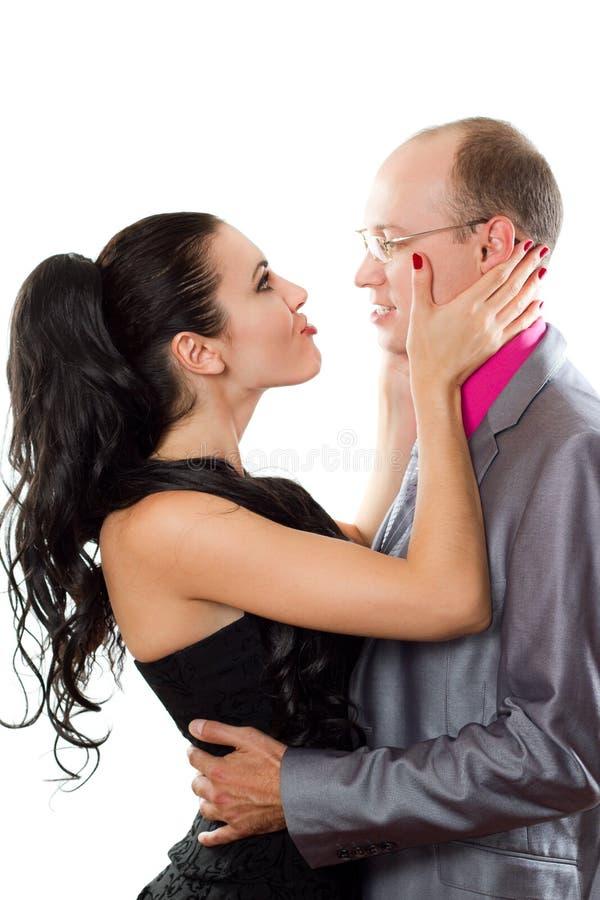 Verticale d'un couple passionné dans l'amour photographie stock