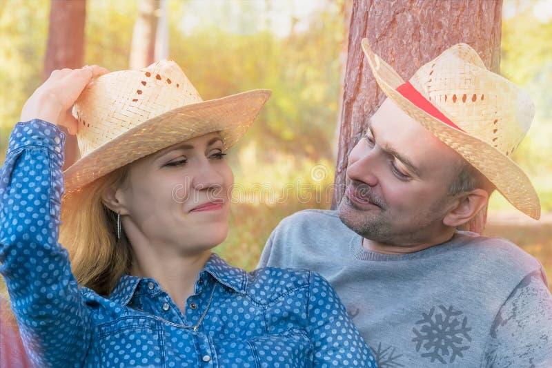 Verticale d'un couple romantique heureux photographie stock libre de droits