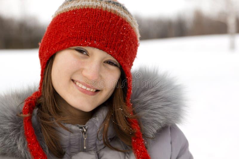 Verticale d'un de l'adolescence en hiver photo libre de droits
