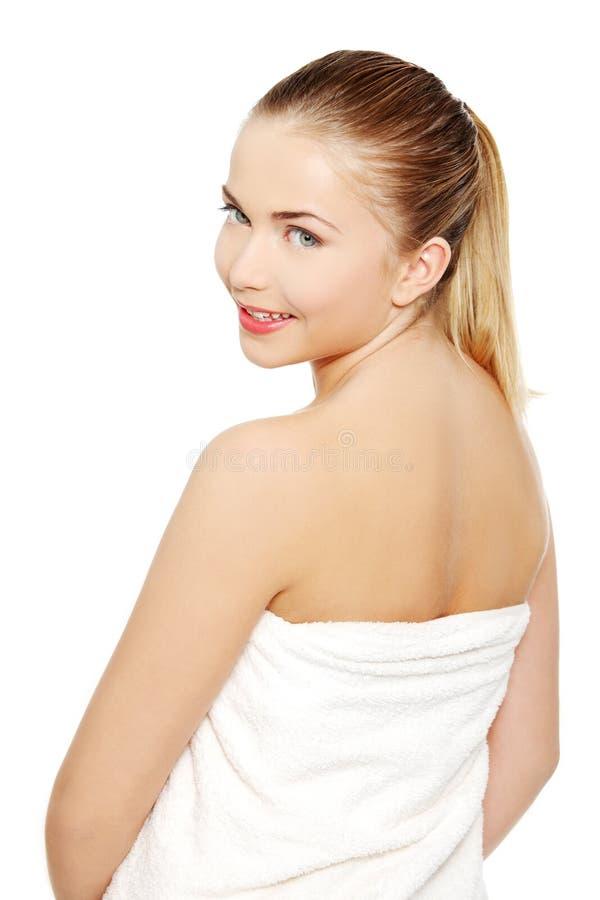 Verticale d'un de l'adolescence femelle enveloppée avec un essuie-main. photo stock