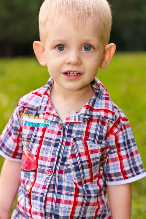 Verticale d'un enfant heureux photo stock