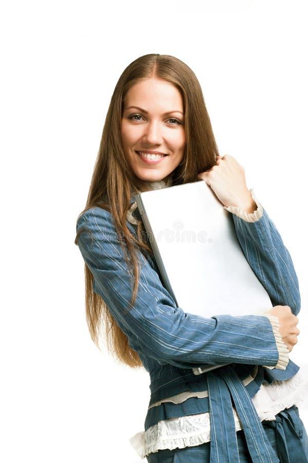 Verticale d'un femme assez jeune avec un ordinateur portatif images libres de droits