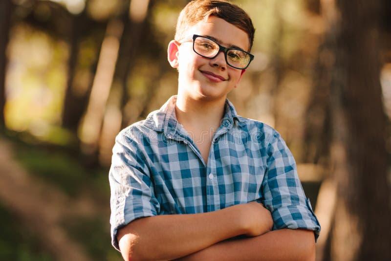 Verticale d'un garçon de sourire image stock