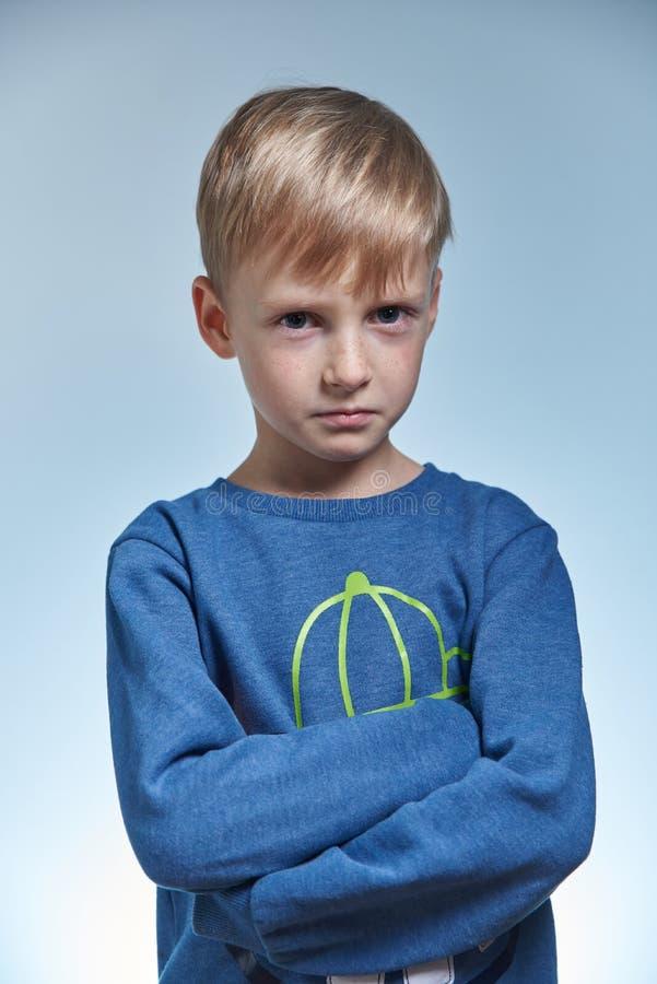 Verticale d'un garçon étonné photos libres de droits
