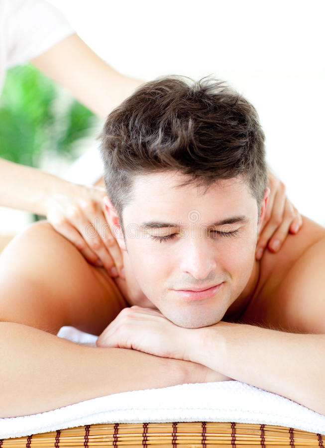 Verticale d'un homme bel ayant un massage arrière photographie stock