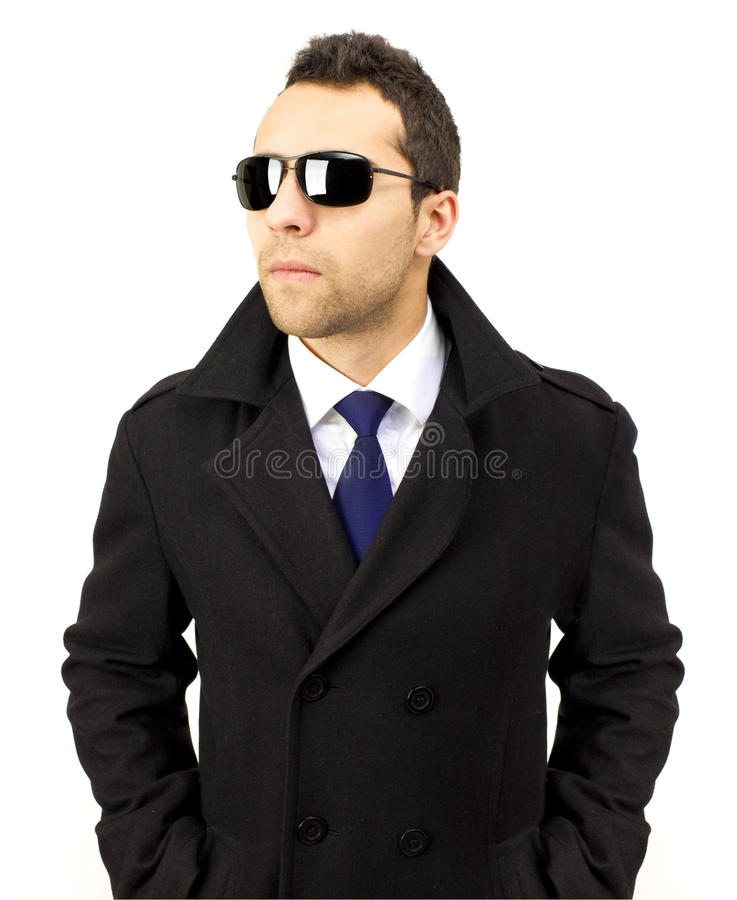 Verticale d'un homme debout sérieux avec des lunettes de soleil photo stock