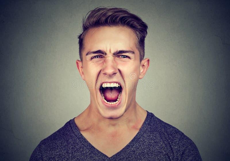 Verticale d'un homme fâché criant image stock
