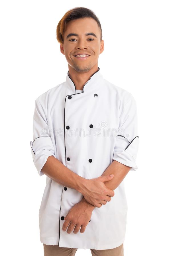 Verticale d'un homme heureux Le jeune homme de couleur est dans l'unifor blanc de cuisinier image libre de droits