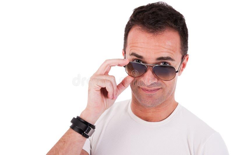Verticale d'un homme mûr bel avec des glaces de soleil images libres de droits