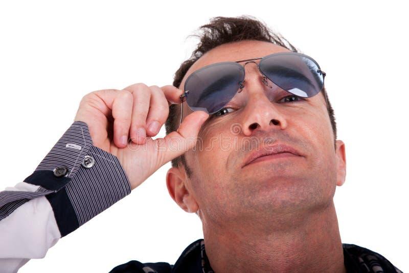 Verticale d'un homme mûr bel avec des glaces de soleil photo stock