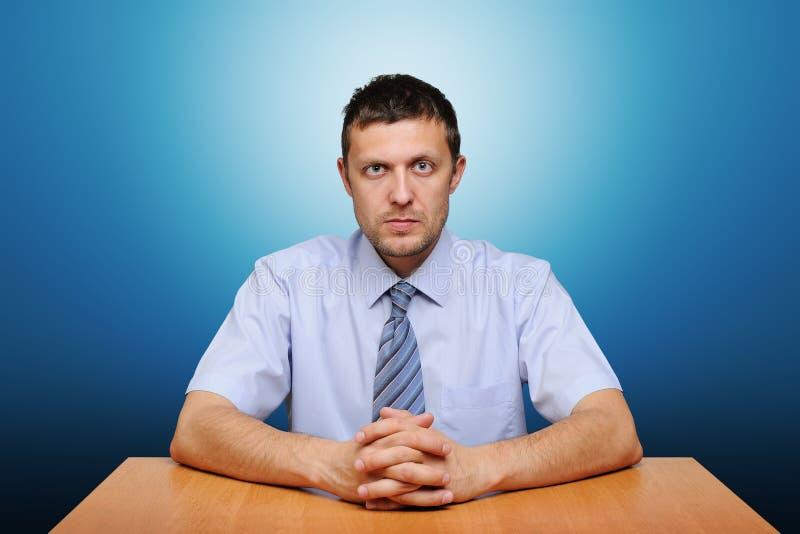Verticale d'un homme sérieux d'employé de bureau image stock