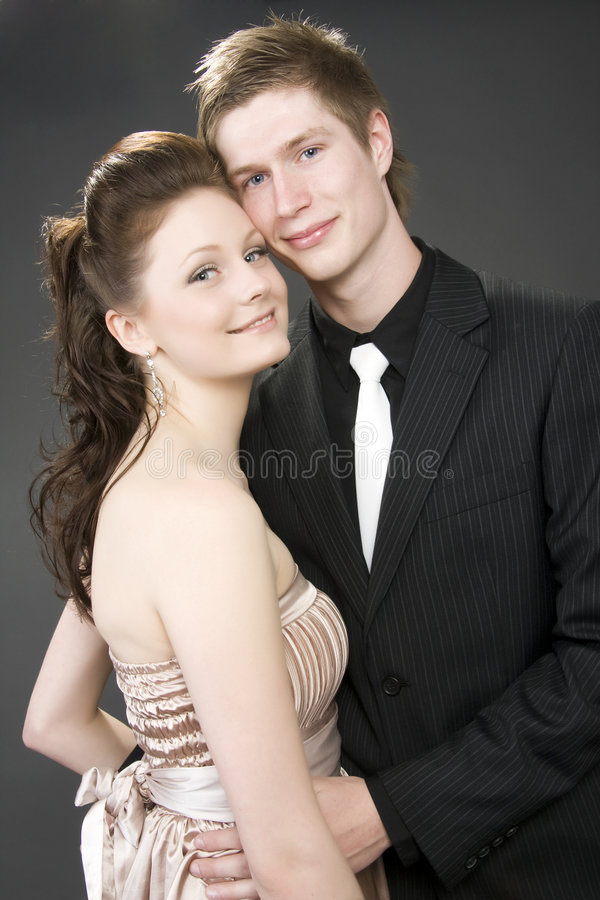 Verticale D Un Jeune Bel Embrassement De Couples. Photos stock