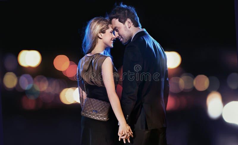 verticale d'un jeune couple photographie stock