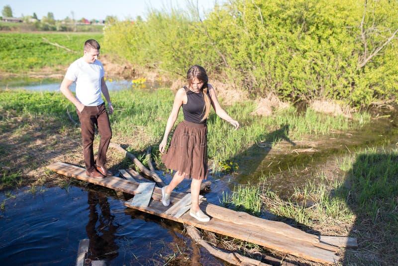 Verticale d'un jeune couple photo libre de droits