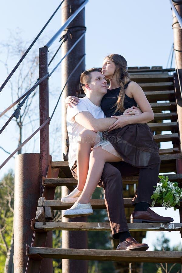 Verticale d'un jeune couple photos libres de droits