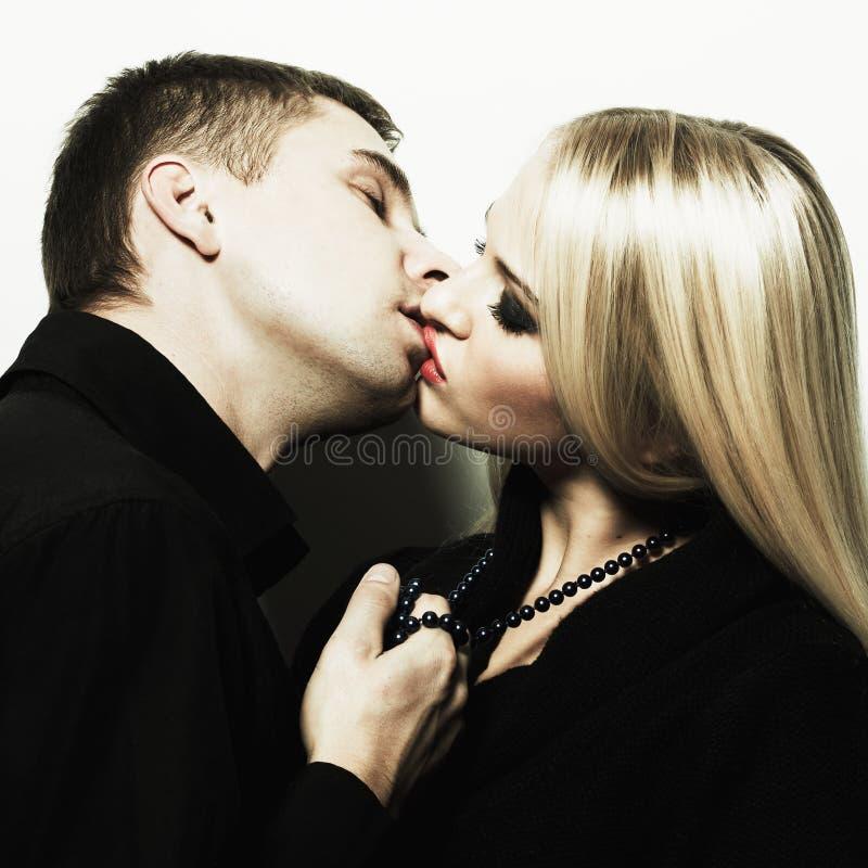 Verticale d'un jeune couple de baiser photos libres de droits
