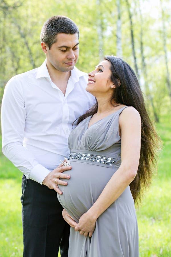 Verticale d'un jeune couple heureux photos stock