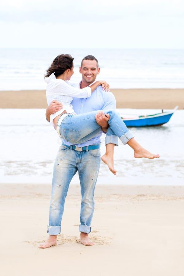 Verticale d'un jeune couple heureux image libre de droits