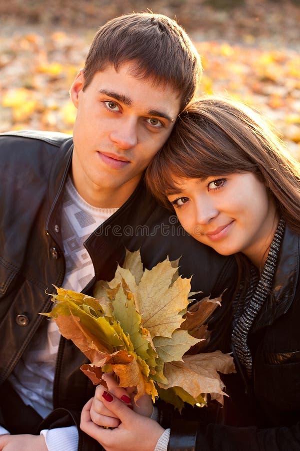 Verticale d'un jeune couple heureux dans l'amour image libre de droits