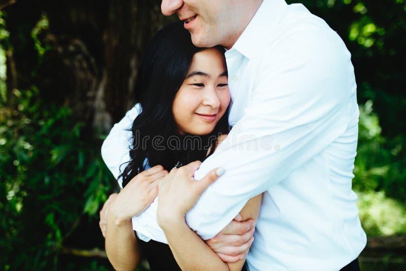 Verticale d'un jeune couple heureux photo libre de droits