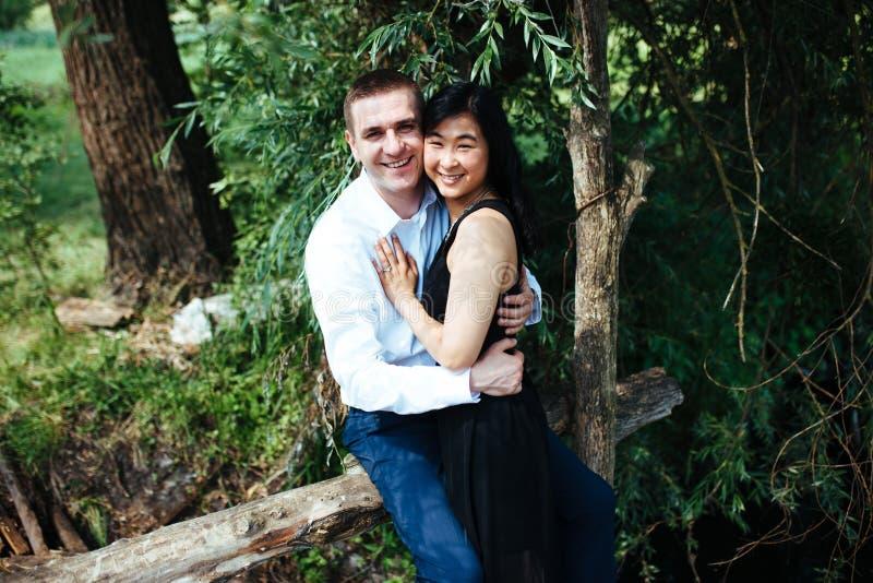 Verticale d'un jeune couple heureux photographie stock libre de droits