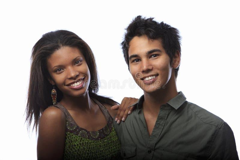 Verticale d'un jeune couple mélangé photos libres de droits