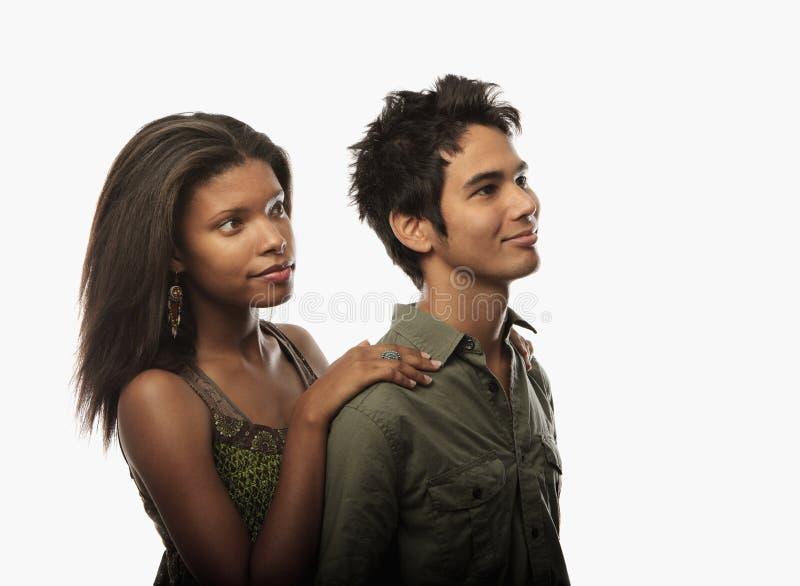 Verticale d'un jeune couple mélangé photographie stock