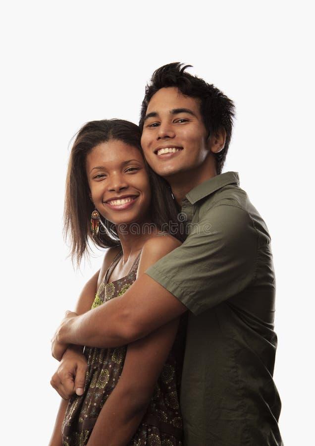 Verticale d'un jeune couple mélangé photos stock
