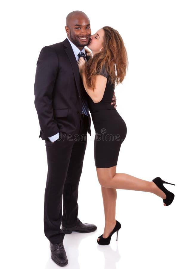 Verticale d'un jeune couple mélangé heureux photographie stock libre de droits