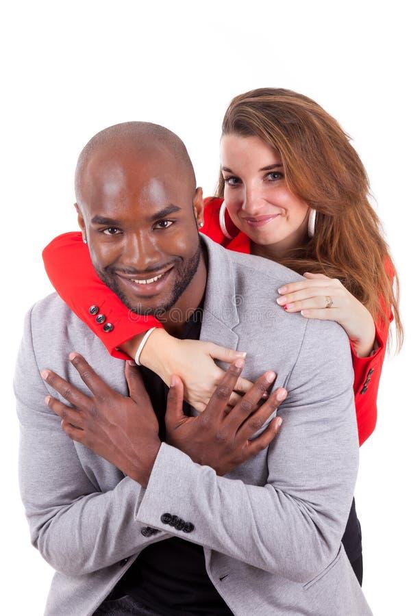 Verticale d'un jeune couple mélangé heureux image libre de droits