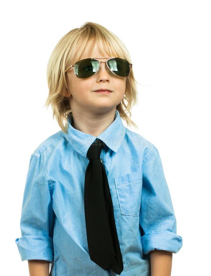 Verticale d'un jeune garçon well-dressed recherchant images libres de droits