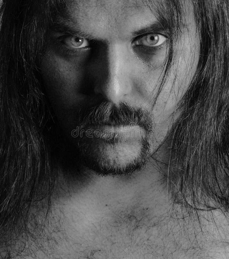 Verticale d'un jeune homme avec le long cheveu photo libre de droits