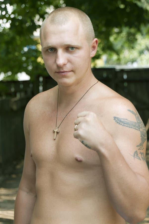 Verticale d'un jeune homme avec un poing serré photo stock