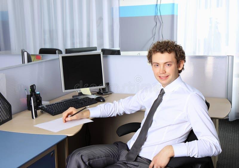 Verticale d'un jeune homme d'affaires photos libres de droits
