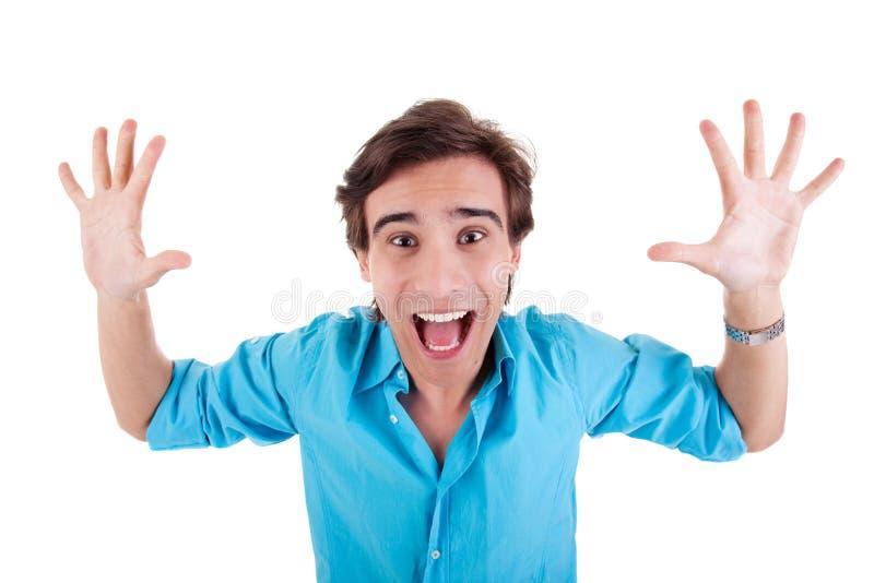 Verticale d'un jeune homme très heureux avec ses bras r photo libre de droits