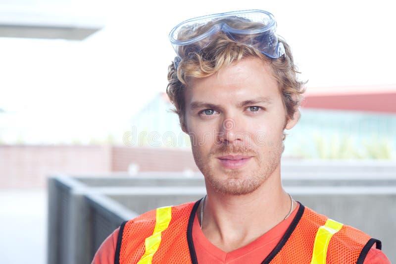 Verticale d'un jeune travailleur de la construction photos stock