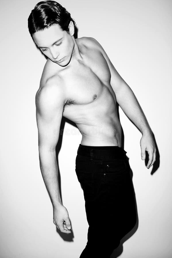Verticale d'un modèle mâle sans chemise musculaire hunky image libre de droits