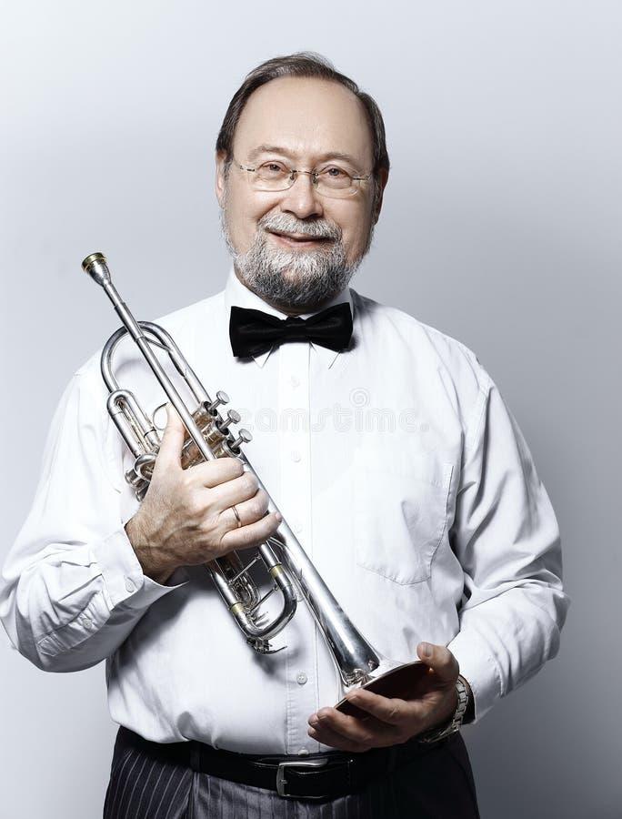 Verticale d'un musicien jouant la trompette images libres de droits