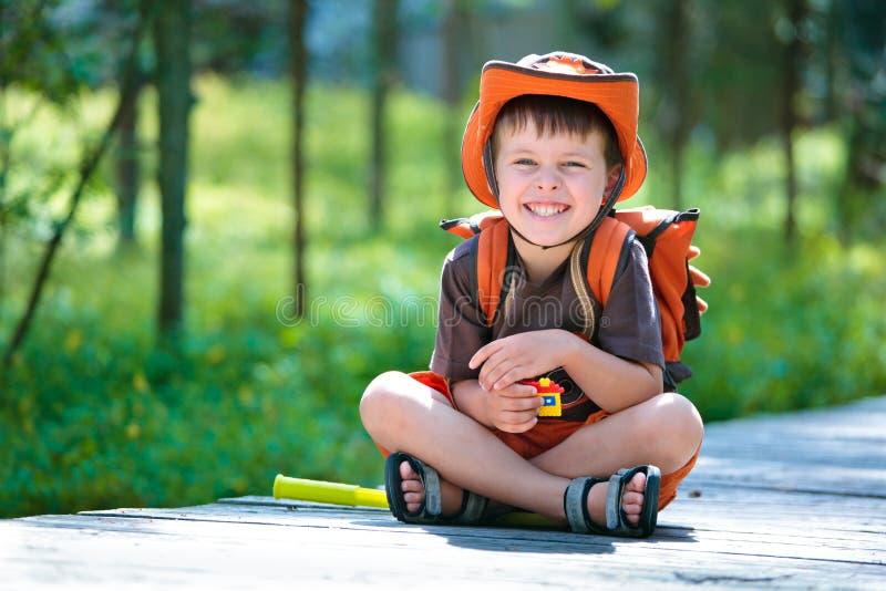 Verticale d'un petit garçon en forêt d'été photos libres de droits